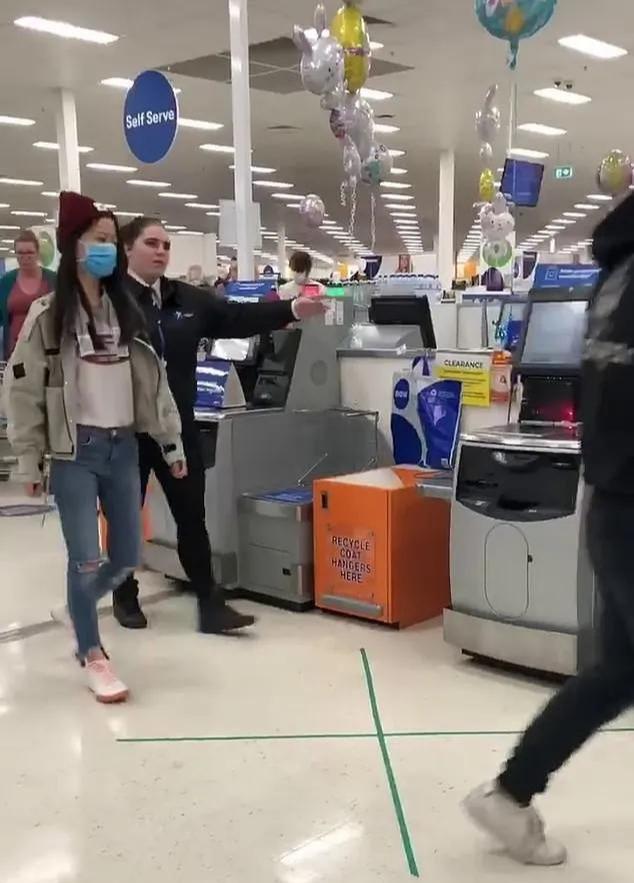 一对华人情侣在澳大利亚超市购买奶粉与其他顾客发生冲突